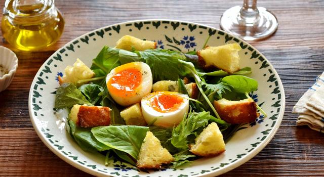 熟卵とベビーリーフのサラダ